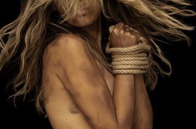 縄で拘束された女性